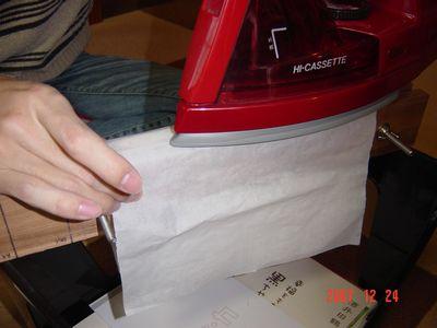 新聞ストッカーの上でアイロンをかける
