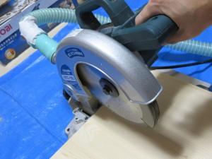 コンセントを挿して、レバーのスイッチを押して、ノコ刃をカラ回しして動作を確認します