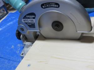 ノコ刃を回転させながらレバーを下げて板にスリットを切り込みます
