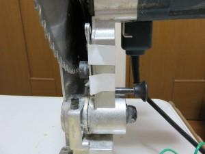 安全カバーを上に押し上げて、刃をむき出しにして、ステーを写真のようにテープで固定します